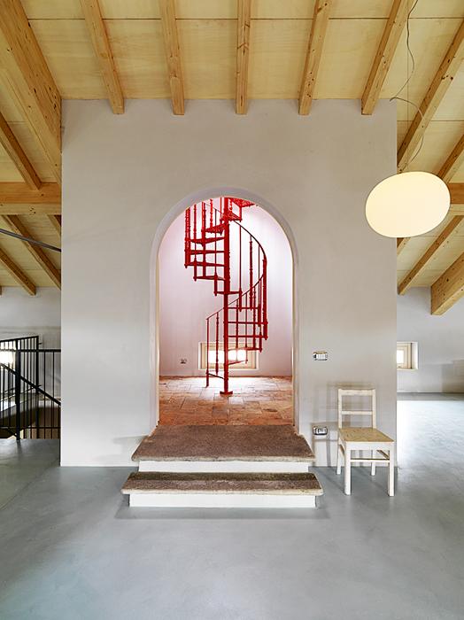 La escalera de hierro, fabricada en Roma, conduce a un altillo que alberga la oficina y en un futuro un museo con la colección de Alessi.