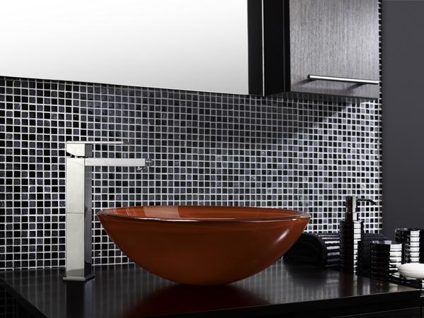 Grifería de lavamanos Brassia Grival y lavamanos Scarlatto, de Corona.