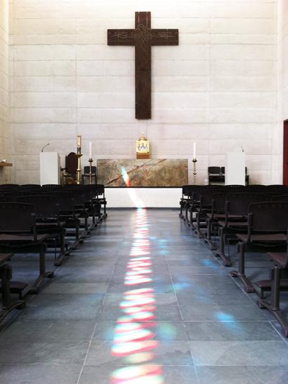 En el área del rito se diseñaron entradas de aire por fachadas y la evacuación del aire caliente a través de trampas acústicas localizadas en la cubierta.