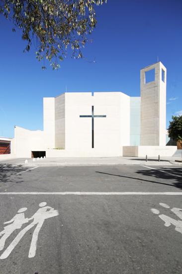 El proyecto propone un espacio público generoso hacia la ciudad.