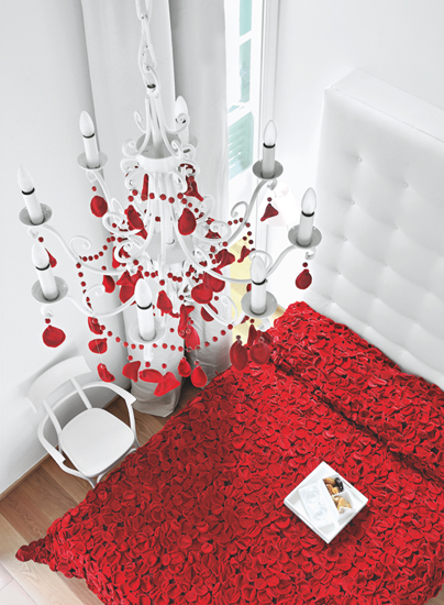 Otro de los diseños llamativos es la creación Life is a bed of roses (La vida es una cama de rosas), una cama cubierta por pétalos de rosas de terciopelo.