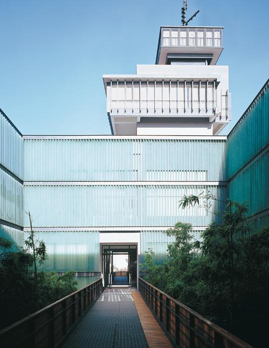Patio de acceso del Museo de Arte Contemporáneo de Ningbo.