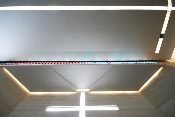 El techo convexo refleja la luz.