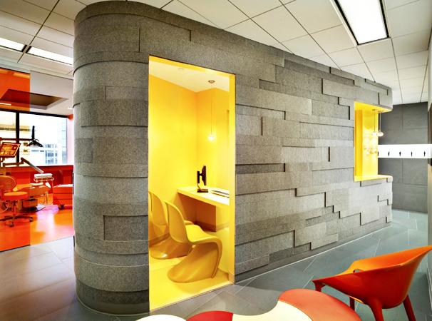 El interior del acceso está forrado con materiales y muebles en amarillo brillante que proyectan energía y dinamismo.