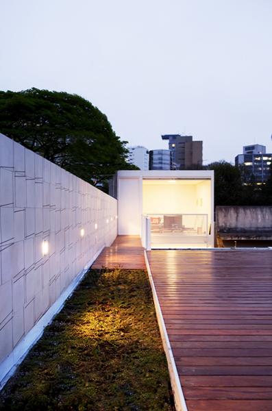 Para tan reducido lote, la terraza constituye una gran conquista de espacio.