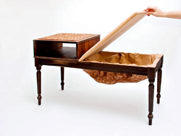 Phone Bench, mesa reciclada con textil de madera caoba.