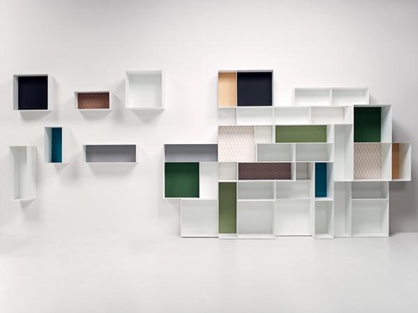 El diseño, de Studio 63 para la firma Casamanía, le apuesta al contraste de color en el fondo de cada vano frente a una estructura modular blanca.