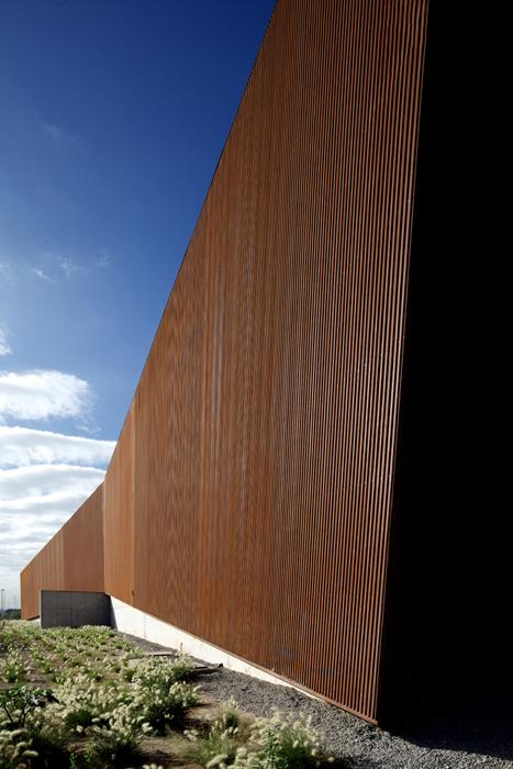 La arquitectura simple y rotunda se expresa a través de dos volúmenes resultado de un sutil apoyo entre cuerpos sólidos, cerrados y geométricamente inclinados.
