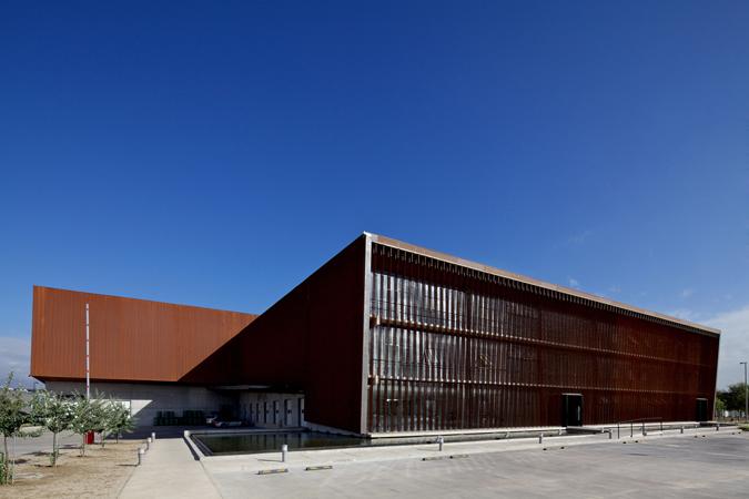 El edificio cambia cromáticamente según la luz del sol y el paso del tiempo.