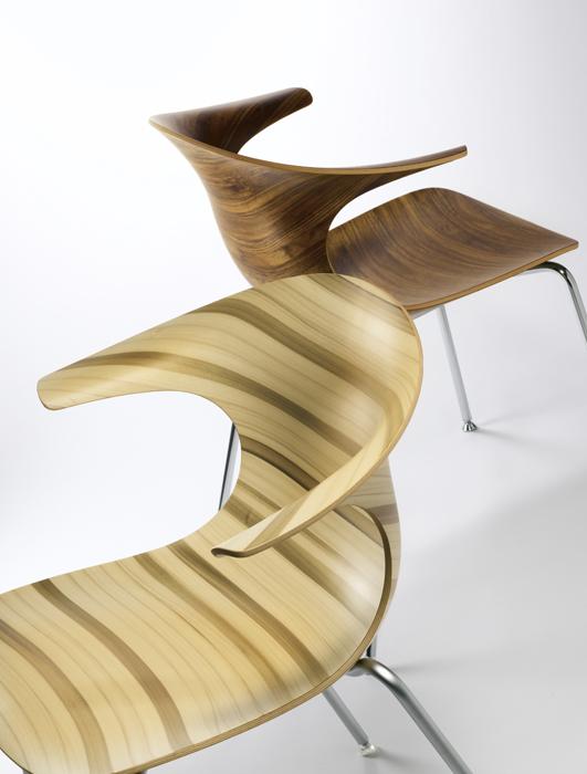 Loop, la silla creada por el diseñador danés Claus Breinholt para Infiniti, está fabricada en madera de roble natural mediante un proceso especial de trabajo en 3D.