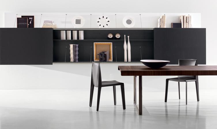 Las bibliotecas se integran a la arquitectura interior. Esta propuesta de B&B Italia combina planos blancos que sirven de espaldar con volúmenes negros