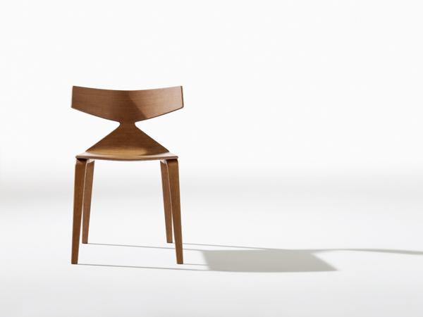 La silla SAYA ,de madera laminada, fue diseñada por Lievore Altherr Molina para la firma italiana Arper. La fuerza de su espaldar que genera una sutil unión entre dos superficies.