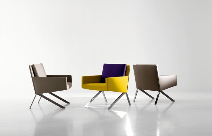 Theo es una poltrona de diseñada por el belga Vincent Van Duysen para la firma B&B Italia. El asiento tiene tapicería de alta costura y está sostenido por una ligera estructura de acero.