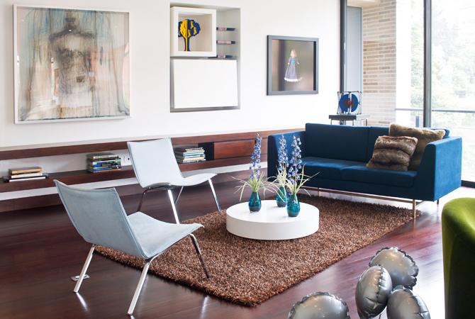 La tela del sofá es de Coordinados, los cojines son de Cachivaches y la mesa es de BoConcept.