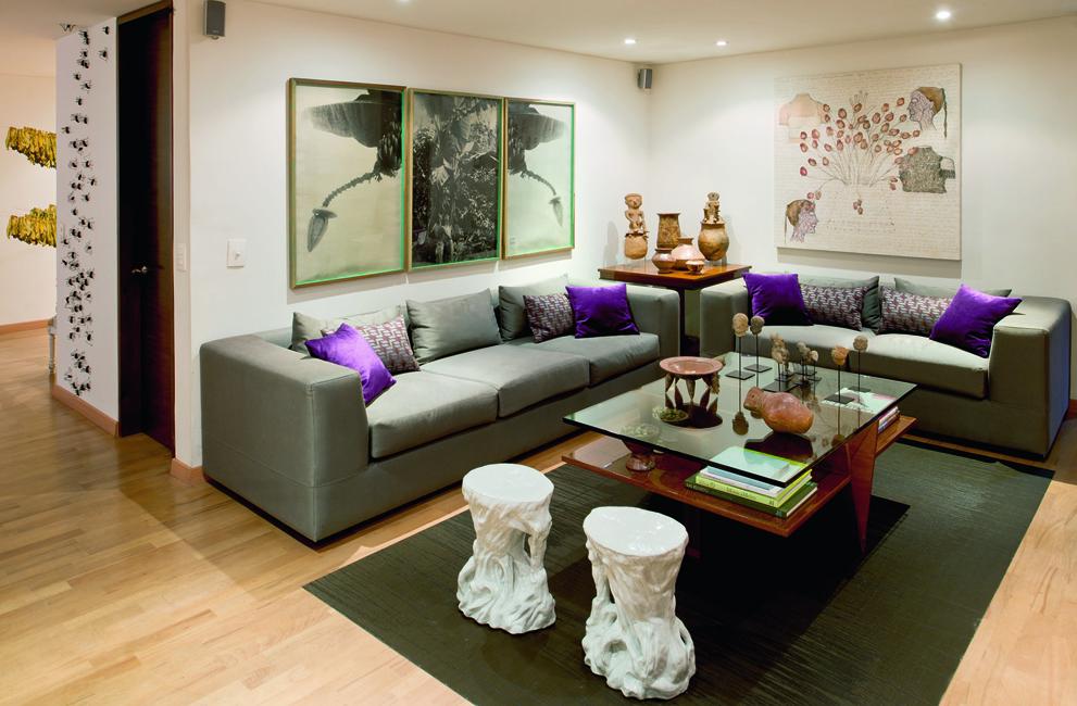 Esta sala, ubicada en el hall de alcobas, es un ambiente social alterno para familiares y amigos. En la pared, el tríptico fotográfico de José Alejandro Restrepo titulado Musa paradisíaca.