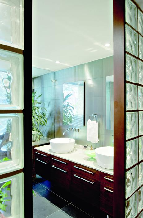 El baño principal permanece abierto al walking clóset que conecta con la alcoba de la propietaria. Los pozuelos son de Attmosféras y la grifería es de Grival.