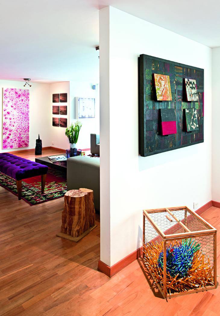El muro, donde se exhibe un óleo de Carlos Salas, divide la sala del comedor. Sobre el suelo, una ingeniosa gallina de lápices de Federico Uribe.
