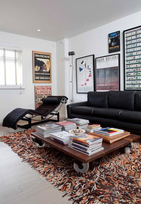 Tapete de Benacio Tejedor elaborado en tiras de camisetas. La chaise de longue es de Le Corbusier.