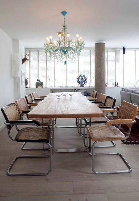 Comedor hecho con un trozo de pino de Vivian Bock, sobre patas de acero. Sillas originales de Marcel Breuer y lámpara de acrílico de Kartell.