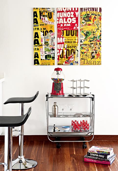 Pared junto a la cocina con tríptico de Boris Pérez y máquina de dulces.