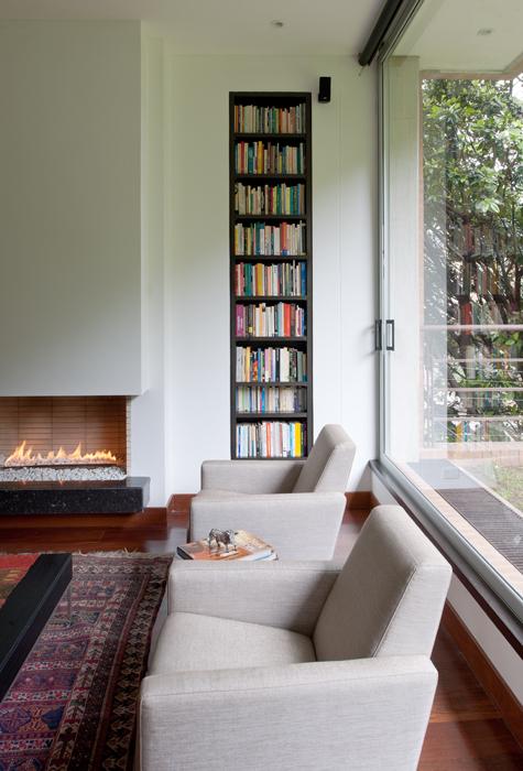 Los nichos de libros dan color al espacio y se convierten en una especie de obra de arte que viste los muros.