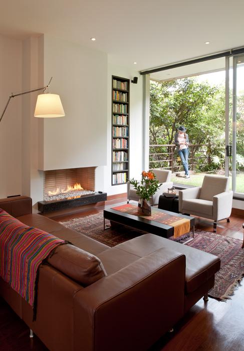 Se escogieron tonos oscuros para que el diseño perdure en el tiempo. Los muebles son de BoConcept y la lámpara de Artemide.