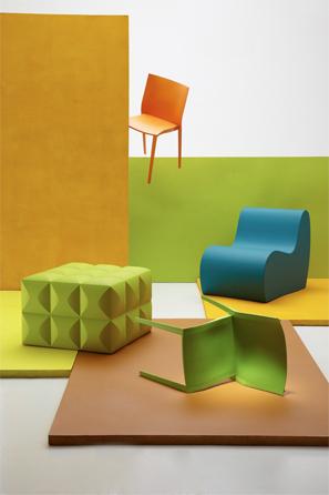 Cubo verde Bench Block de PU de alta densidad y silla S1 azul aguamarina de PU de alta densidad, de Tapetes Holandeses. Sillas naranja y verde Sunset de plástico, de Tugó.