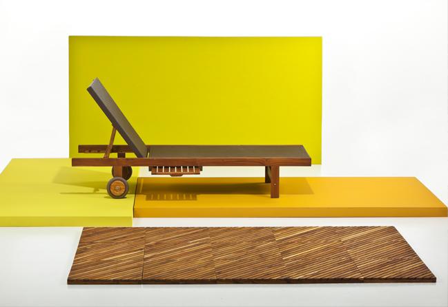 Piso Mediterráneo, módulos de 45 x 45 cm, elaborado en teca; silla asoleadora en esterilla de ratán y estructura de teca, ambas de Bosquema.