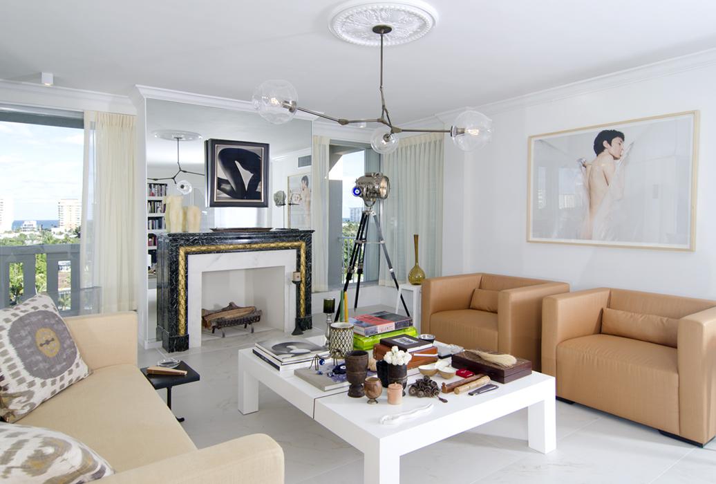 En la sala resalta la chimenea color esmeralda con hojas laminadas de bronce y la foto de Horst P. Horst que se encuentra encima de esta. Los muebles son diseño de Arcila.