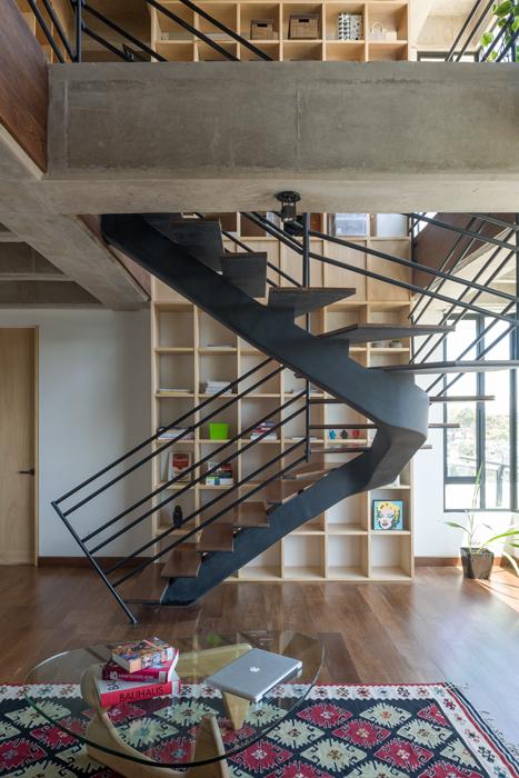 Como si se tratara de una escultura, la escalera enfrentada a las retículas de la biblioteca de doble altura crea situaciones de pantallas japonesas. Sus escalones, delgados y esbeltos, son de sapán.