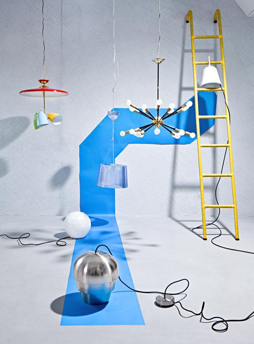 Luminarias de techo  1.    Stilnovo es la firma responsable de la lámpara de techo Tres Luces, diseñada en 1950 en Italia, en Dessvan. 2.    Ferruccio Laviani es el autor de esta lámpara de techo de policarbonato azul con interior blanco, en Kartell. 3.    Sputnik está hecha en bronce. Esta lámpara de techo fue diseñada en 1960 en Estados Unidos, en Dessvan. 4.    Lámpara de colgar de metal y madera Sous Mon Arbre, creación de Florian Brillet para Ligne Roset, en Spazio W. 5.    Lámpara de techo Pine Cone, de metal con acabado satinado, de BoConcept. 6.    Bola es una lámpara exterior con base de policarbonato, de Carpyen, en Mesas y Sillas.