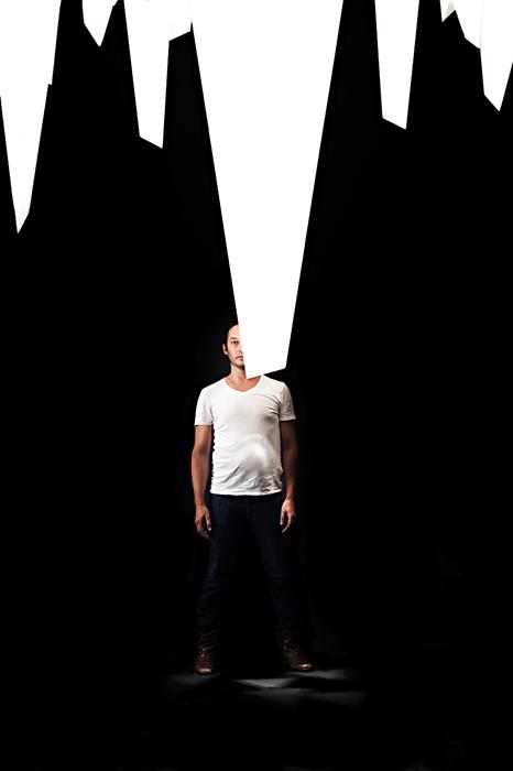 El diseñador Jamie Zigelbaum en la instalación: Series Triangulares , Design/Miami Basel, hall del evento, 2014.