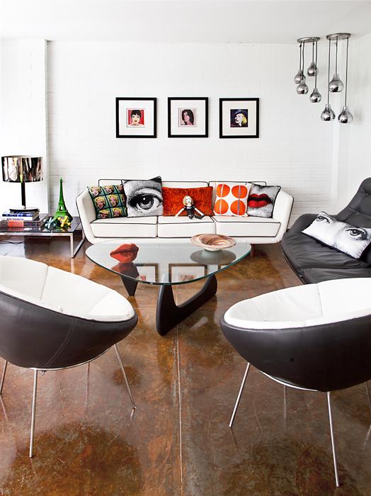 Colores cálidos resaltan esta sala auxiliar decorada con cojines de seda y de terciopelo, hechos por Liliana Londoño con imágenes de los artistas Andy Warhol y Piero Fornasetti.