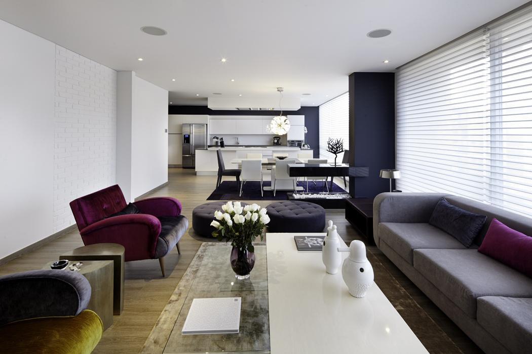 Las dos mesas, ubicadas en el centro, son de vidrio y Corian. El tapete es de Kymo y las esculturas blancas son cerámicas del diseñador catalán Jaime Hayón.