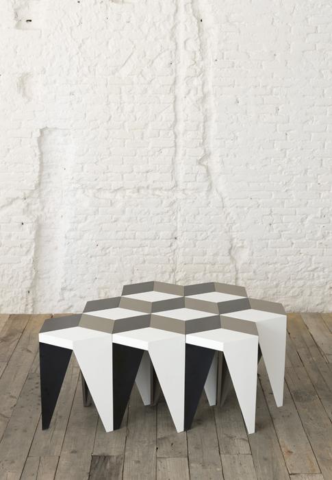 El taburete-geométrico Rayuela genera un efecto visual llamativo con un sinfín de posibilidades. Está fabricado en cuatro tipos de materiales: Corian, madera sólida, contrachapada y reciclada.