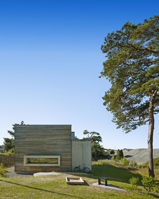 La casa tiene estructura de madera y fachadas de pino alerce al natural.