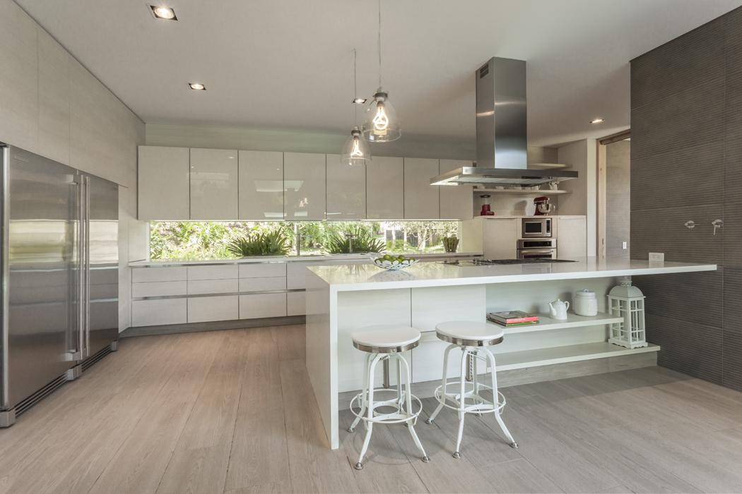 Pensada como un espacio independiente, la cocina se puede integrar con el comedor mediante un juego de puertas corredizas.