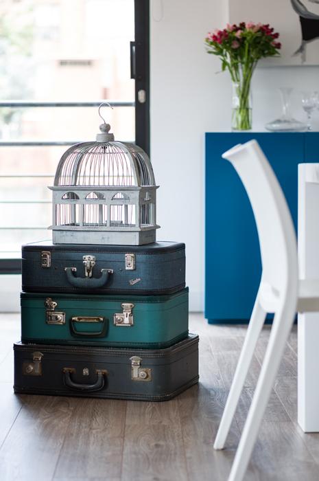 Si bien estas antiguas maletas –halladas en un mercado de pulgas– son ante todo un conjunto decorativo –al igual que la jaula de madera con acabado de gray wash–, sirven también como mesa auxiliar.