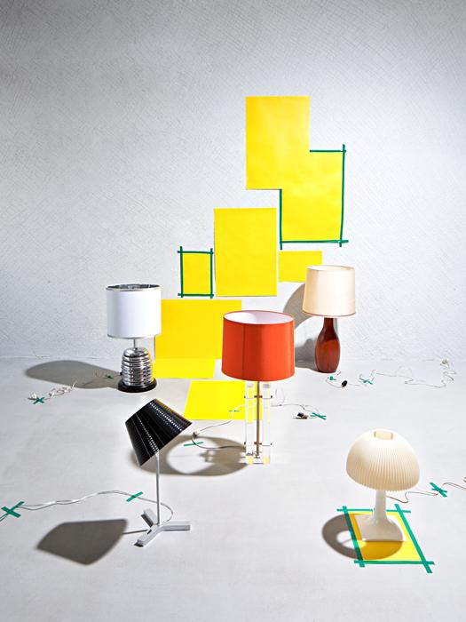 Caperuzas. 1.    Lámpara de mesa cromada con base de madera maciza y caperuza blanca, diseñada en 1970 en Estados Unidos, en Dessvan. 2.    Pascal Mourgue creó para Ligne Roset la lámpara de mesa Pascal, con base de acero cromado y pantalla de algodón, en Dessvan. 3.    Madera maciza compone esta lámpara de mesa diseñada en 1960, en Dessvan. 4.    Lámpara de mesa de policarbonato transparente con pantalla de algodón naranja, de 5 en Punto. 5.    Nolita, lámpara de aluminio con caperuza de policarbonato, es un diseño de Joan Gaspar, en Marset Lámparas.