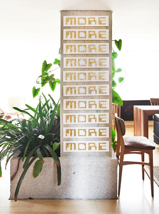 Esta pared exhibe la obra Expectations, creada en el 2009 por Miguel Ángel Rojas.