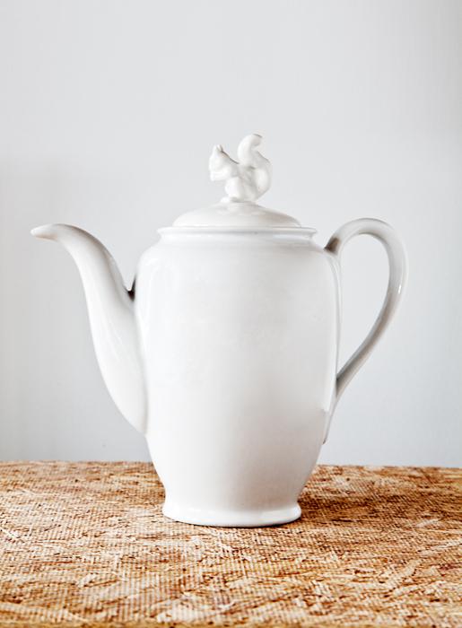 Jarra María Antonieta para té con aplique de animal tallado.