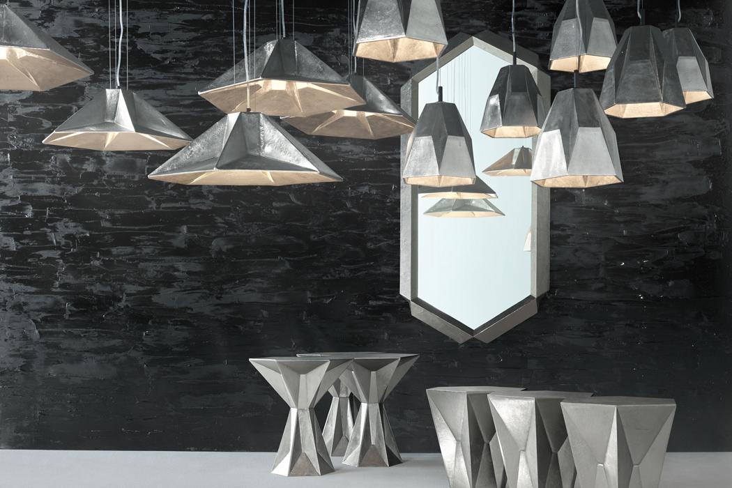 La colección GEM, de aluminio niquelado, es una familia de lámparas, mesas y espejos.