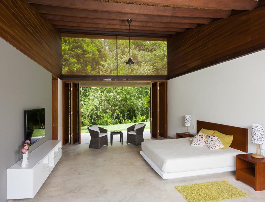En la habitación principal se mantienen –como en las otras áreas– las bámbulas de madera como opción de ventana alternativa, a través de la cual se ven las copas de los árboles aun con las puertas cerradas.