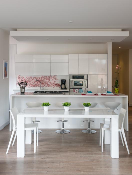 La cocina, volcada hacia el área social para aumentar su amplitud, se dejó con un look limpio.
