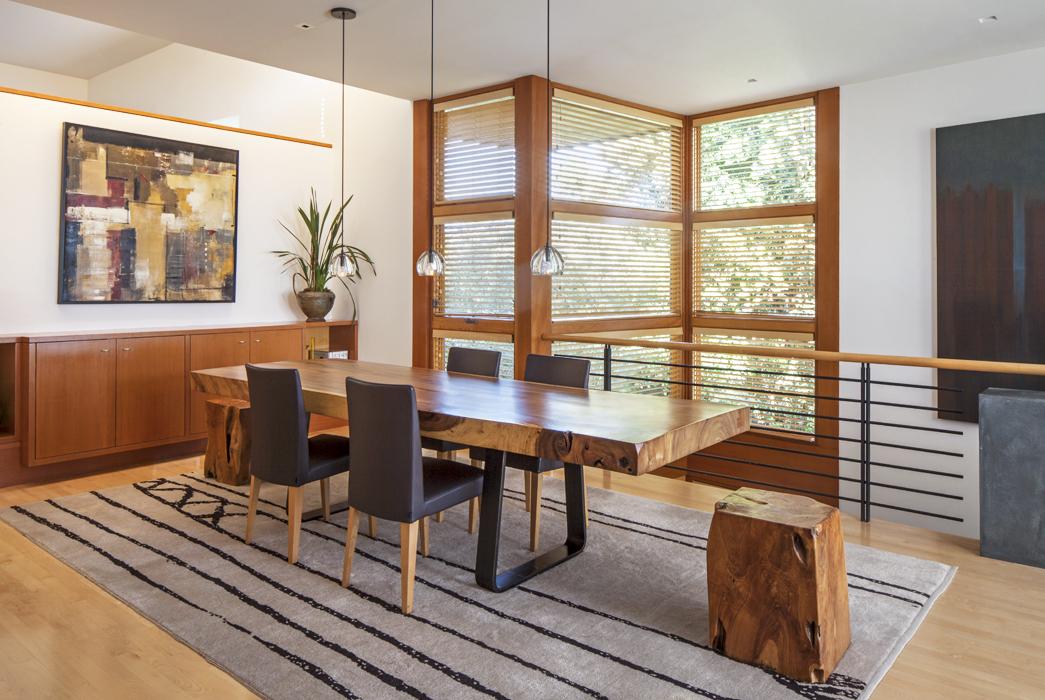 La mesa del comedor está hecha de acacia y tronco antiguo, diseñada por Goldstein y uno de los dueños, fue realizada en los estudios de Dao Home.