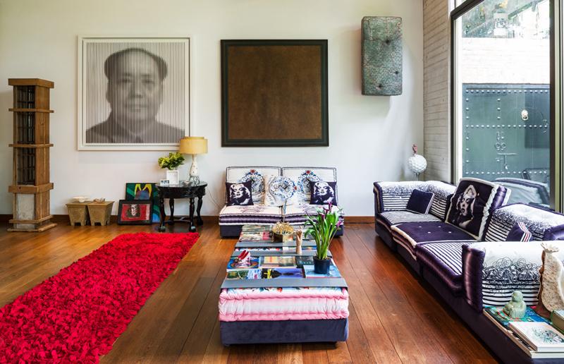 La pared de fondo es un mosaico de reconocidos artistas: Chairman Mao es la obra en MDF lacado de Pablo Tamayo, a su lado está un óleo abstracto de Carlos Rojas y, en la esquina derecha, un puf colgado que hace parte de la serie de camas y otros objetos.