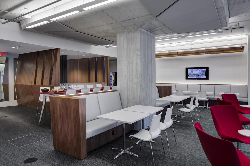 La cafetería en el piso alto, concebida como un espacio enriquecedor, integrador y moderno.