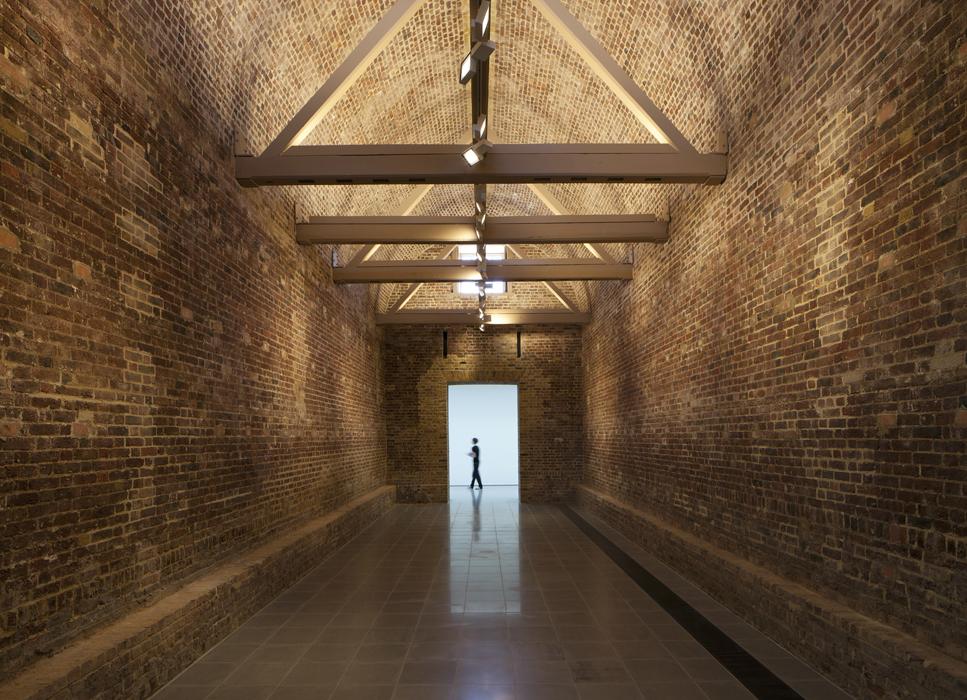 Este lobby conecta la ampliación con el edificio original. fotografía cortesia de Luke Hayes.