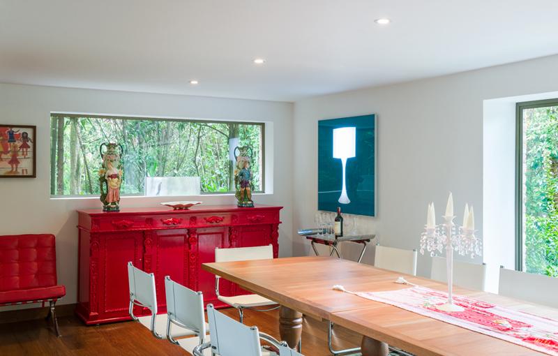 Aunque pasa inadvertida, la lámpara dentro del cuadro azul es en realidad una instalación hecha por el artista Aníbal Gómez, Sobre el bifé rojo –una herencia familiar renovada con pintura de poliuretano– se conservan intactos.
