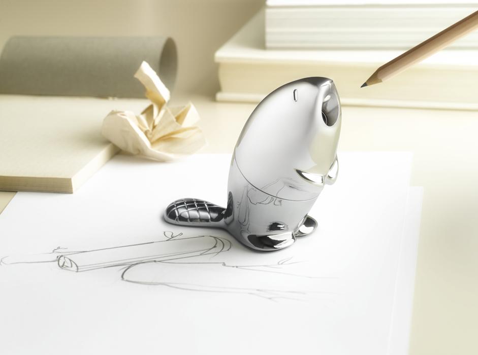 Castor es un accesorio de oficina, diseñado para Alessi, que interpreta la tipología clásica del tajalápiz. Su forma viene de la función y es un experimento de biónica lúdica que busca dibujar una sonrisa en cada usuario.